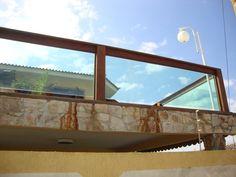Guarda-corpo de madeira com vidro Arch, Windows, Buffet, Projects, House, Timber House, For Sale, Timber Deck, Living Room