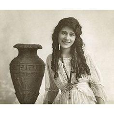 https://laterradihayk.com/2017/02/03/aurora-mardiganyan-lincredibile-storia-e-le-foto-rare-della-giovanna-darco-armena/ #aurora #mardiganyan #armeniangenocide #auctionofsouls #ravishedarmenia #diaspora #armenia