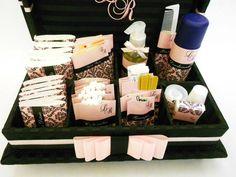 Caixa Kit toillet com iniciais dos noivos bordadas na tampa.  Ideal para festas de casamentos, aniversários ou bodas.  Incluso produtos e embalagens personalizadas.  Temos outras opções de tecidos e fitas.  Consulte lista de produtos inclusos.  Tamanho 33cm x 25cm x 6cm