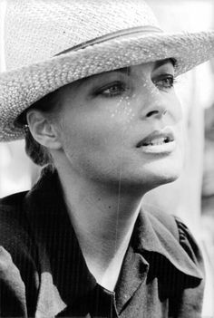 Romy in den Siebzigern translated as Romy in the seventies. Romy Schneider, Frases Shawn Mendes, Actrices Hollywood, Alain Delon, French Actress, Sophia Loren, Timeless Beauty, Beautiful Actresses, Belle Photo