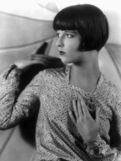 Louise Brooks ~ Late She made the Bob famous Louise Brooks, Vintage Hairstyles, Bob Hairstyles, Josephine Baker, Glamour, Roaring Twenties, Look At You, Portrait Photo, Belle Epoque