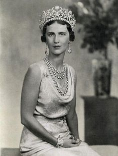 a clearer image, without the stylised background, showing just how large the daisy tiara was