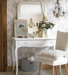 Tocador chic. En dormitorios pequeños, podemos utilizar una pequeña consola para crear una zona de tocador. Tan solo tendrás que apoyar el espejo en el sobre del mueble y añadir algunos perfumes, flores y maquillaje.