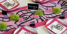 """Diese Tischdekoration ist perfekt für Ihre Mottoparty """"mein Leben ist ein Film"""". Alles was hierfür benötigt wird, findet ihr hier: http://www.tischdeko-shop.de/Tischdeko-nach-Themen/Film-in-Pink/"""