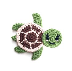 Free crochet pattern - Sea turtles Family Appliques - Tortues de mer How cute are these Sea turtles? They would be perfect for decorate a blanket! Crochet Turtle Pattern Free, Crochet Whale, Crochet Applique Patterns Free, Purse Patterns Free, Pikachu Crochet, Crochet Blanket Patterns, Free Crochet, Easy Patterns, Crochet Appliques