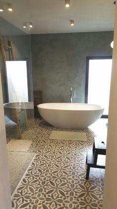 Badkamer met stucco muren en designbad