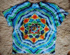 Tričko+XXL+-+Ve+vlnkách+květ+Originální,+pánské,+batikované+tričko,+velikost+XXL.+128+cm+přes+prsa,+délka+75cm,+vysoká+gramáž+180g/m2.+Barveno+kvalitními+reaktivními+barvami,+praní+doporučuji+v+ruce+kvůli+možnému+zaprání+bílých+částí,+barvám+pračka+neublíží.+Možno+odebrat+a+vyzkoušet+v+Brně.