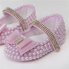 Sapatinho Charlotte Rosa com Pérolas e Strass Tamanho 13 Baby Shoes Pattern, Crochet Baby Shoes, Crochet Slippers, Baby Bling, Camo Baby, Baby Girl Shoes, Girls Shoes, Baby Slippers, Baby Store