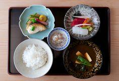 和食 Washoku. Delicata sinfonia di colori e forme, sia dei piatti che dei cibi. Il riso sempre a sinistra e la zuppa di miso a destra.