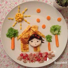 Essa é a casinha da Catarina! Omelete, arroz, cenoura, alface, tomate, atum, milho. Detalhes em alga.