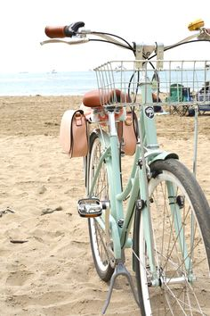 Bike Discover How to Make DIY Pannier Bags for Your Bike Lovely Indeed How to make DIY Pannier Bags for Your Bike. How to make your own pannier bike bags for storing your items while you ride. Theyre simple and affordable and look great! Custom Velo, Custom Bikes, Custom Motorcycles, Velo Retro, Retro Bike, Diy Vintage, Vintage Bicycles, Bike Style, Motorcycle Style