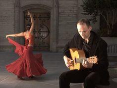 Il musicista spagnolo Roberto Aguilar mentre suona la sua chitarra flamenca