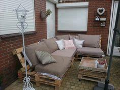 Onze loungeset van pallets. Bijna klaar alleen nog wit verven. Kussens overgetrokken met dekbedovertrek van de action