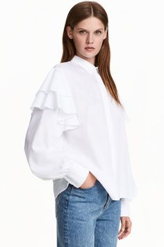 What better way to stock up for the new season than with affordable new offerings from H&M? With cashmere at just and on-trend looks from feminine ruffles to cool, casual stripes, the high street hero's latest offerings are simply too good to miss. Blouse Volantée, Blouse And Skirt, Ruffle Blouse, Blouse Ample, Winter Shirts, Blouse Models, Beautiful Blouses, Cotton Blouses, No Frills