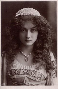Beautiful Portraits of Maude Fealy-American stage and silent film actress who survived into the talkie era Vintage Gypsy, Vintage Beauty, Vintage Curls, Vintage Pictures, Vintage Images, Gypsy Women, Gypsy Girls, Gypsy Life, Silent Film