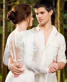 Jacob (Taylor Lautner) makes a surprise appearance at the wedding and has a dance with Bella (Kristen Stewart) in The Twilight Saga - Breaking Dawn Part Twilight Film, Die Twilight Saga, Twilight Wedding, Twilight Quotes, Twilight Breaking Dawn, Twilight New Moon, Twilight Pictures, Twilight Jacob, Vampire Twilight