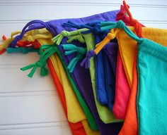 Fun T-SHIRT Crafts! Recycling - Fashionable T Shirt - Ideas of Fashionable T Shirt - Small bags made from t shirt sleeve normally tossed when making t shirt bags. Fabric Crafts, Sewing Crafts, Sewing Projects, Diy Crafts, Recycled T Shirts, Recycled Crafts, Tee Shirt Crafts, Tshirt Garn, Alter Pullover