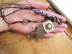 Un collier sobre avec une pierre brute de par annemarietollet