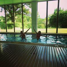 Que delícia de tarde no Garden Hill  hotel e Golfe em São João del Rei Minas Gerais.  Nas piscina aquecida.  Em breve todos os detalhes sobre nossa experiência no Garden lá no blog http://ift.tt/1JUgiOy #dedmundoafora #mundoafora #viagem #travel #trip #tour #minasgerais #saojoaodelrei #estradareal #instatravel #instagood #blogueirorbbv #amazing #ap #rbbviagem #travelbloggers #travelblog #blogdeviagem #blog #tur #turismo #pool #gardenhill #ferias #hotel