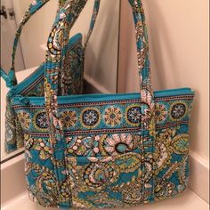 Vera Bradley Tote Peacock Handbag   Vera Bradley Tote Peacock Handbag. This cute and stylish handbag is adorable to wear everyday. These colors are fabulous!! GUC. Measurements 12x14 Trades, paypal, any comments regarding price please use the offer button or they will be ignored Vera Bradley Bags Totes