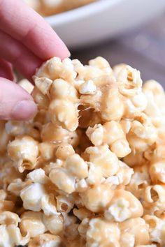 Peanut Butter Popcorn, Peanut Butter Desserts, Butter Toffee Popcorn Recipe, Chocolate Popcorn Balls Recipe, Eggless Desserts, Caramel Pears, Caramel Corn, Soft Caramel Popcorn, Gourmet Popcorn
