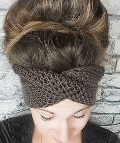 Crochet Beanie Design Crocheting The Headband With a TWIST - Free Crochet Pattern Crochet Twist, Crochet Baby, Crochet Beanie Pattern, Crochet Patterns, Easy Crochet Headbands, Crochet Ideas, Scarf Patterns, Knitting Patterns, Crochet Designs