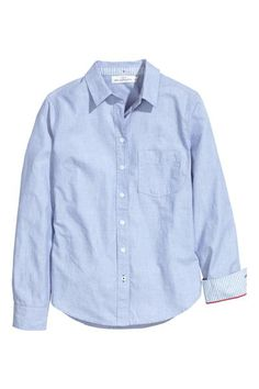 Cotton shirt: Long-sleeved shirt in a cotton weave that is figure-fit with a narrow turn-down collar and a rounded hem. The collar and cuffs are lined in a contrasting colour.