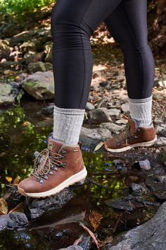 Cute Camping Outfits, Hiking Outfits, Hiking Clothes, Narrow Shoes, Hiking Fashion, Hiking Boots Women, Hiking Gear, Timberland Boots, Winter Fashion