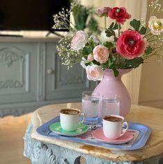 Este posibil ca imaginea să conţină: masă şi interior Coffee Time, Home Interior Design, Tea, Table Decorations, Sewing, Home Decor, Memoirs, Flowers, Coffee Or Tea