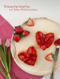 Egal ob Valentinstag, Muttertag oder mal Zwischendurch für die Liebsten. Diese Tartelettes mit Erdbeeren und einer Creme aus Kokos-Milchreis gefällt und überrascht zugleich.