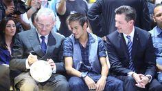 Martin Winterkorn, CEO da Volkswagen, autografa bola da seleção brasileira produzida pela Saturno Brindes ao lado de Neymar no Salão do Automóvel 2012