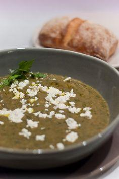 Auberginen Suppe nach einem Rezept von Jamie Oliver Eine unkomplizierte aber dennoch sehr schmackhafte Suppe. Von der Konsistenz her fast schon ein Eintopf. Ideal wenn es während den Festtagsvorbereitungen schnell ...