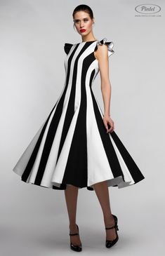 Combined sleeveless black-and-white slim-fit midi-dress in stretched genuine thick cotton. Hidden back zip closure. Without pockets. On the photo: model is wearing a size S and is 181 cm. Dress Outfits, Fashion Dresses, Dress Up, Modele Hijab, Fitted Midi Dress, Short Dresses, Summer Dresses, Stripped Dress, Colorblock Dress