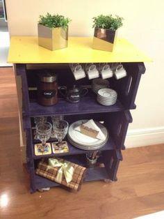 """Esta estante feita com Caixotes de Feira será utilizada em uma cozinha """"desenvolvida com base nas necessidades de um amigo"""" . DIY é fácil, não requer muitos materiais e pode ser utilizado no ambiente que você preferir.  * Os demais objetos são meramente decorativos*"""