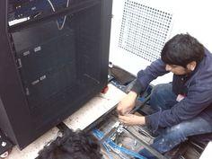 proceso de izamiento de gabinetes para el retiro de piso técnico existente y colocación de base metálica