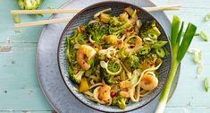 Gewokte broccoliroosjes met ketjap, garnalen nalen, citroen en mie Asian Recipes, Ethnic Recipes, Lidl, Tasty Dishes, Pasta Salad, Broccoli, Dinner Recipes, Menu, Chicken
