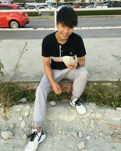 My baby ohm ❤️ Asian Boys, Asian Men, Book And Frame, Thai Drama, Ulzzang Boy, Cute Boys, Boy Fashion, Mom Jeans, Thailand