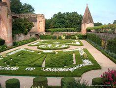 Garden of the Ste Cécile cathedral - Albi - France Albi France, Ste Cecile, Cool Places To Visit, Places To Go, Ville Rose, Honfleur, Toulouse France, Fontainebleau, Belle Villa