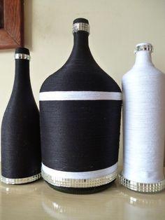 Kit com duas garrafas decoradas e um garrafão de 5 lt, decoradas com fio preto, fio branco e espelhos. <br>FRETE GRÁTIS NAS COMPRAS ACIMA DE R$ 100,00
