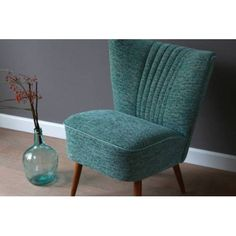 Cocktail chair uit de collectie van de Sfeerderij, compleet gerenoveerd en gestoffeerd met een schitterende blauw groene velours meubelstof.