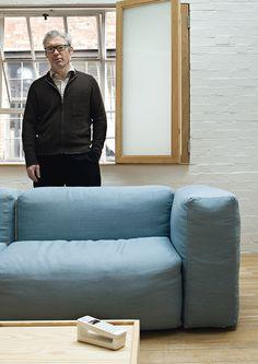 Retrato - AD España, © Santi Caleca El diseñador, en su salón, tras el sofá Superoblong para Cappellini.