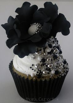 AMAZING ideas on this website for cupcakes - black and bling cupcakes! Cupcakes Design, Bling Cupcakes, Silver Cupcakes, Pretty Cupcakes, Beautiful Cupcakes, Yummy Cupcakes, Wedding Cupcakes, Sweet Cupcakes, Flower Cupcakes