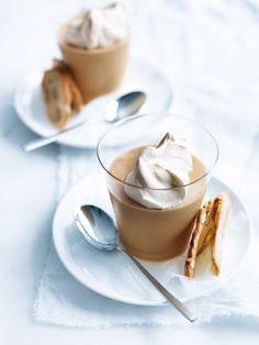 white chocolate and salted caramel mousse Köstliche Desserts, Frozen Desserts, Delicious Desserts, Dessert Recipes, Yummy Food, Pavlova, Homemade Chocolate, White Chocolate, Caramel Mousse