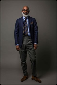 How to wear: navy wool blazer, light blue dress shirt, charcoal wool dress pants, dark brown suede desert boots Mature Mens Fashion, Mens Fashion Suits, Mens Suits, Gentleman Mode, Gentleman Style, English Gentleman, Drake London, Ivy League Style, Look Formal