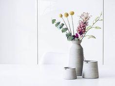 In meiner Vase... Ein bisschen Exotisches... Für Lilli @kitschcanmakeyourich ihre #instagraminteriorchallenge Tag 4 aber vor allem auch für mich...   . Some exotic #flowers in this #handmade #pottery by @jonosmart. Thank you so much @atmine  . #almostweekend #onthetable #tablesituation #flowerstagram #instaflowers #flowersofinstagram #flowersmakemehappy #flowerstyling #flowerblogger #flowerpowerbloggers #beautiful #flowermagic #exotic #zierananas #eukalyptus #eucalyptus #trommelstock…