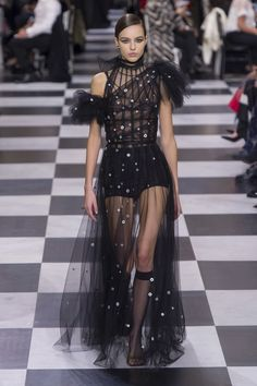 See all the Christian Dior Haute Couture Spring/Summer 2018 photos on Vogue. Christian Dior Couture, Dior Haute Couture, Couture Mode, Style Couture, Couture Fashion, Runway Fashion, Fashion Spring, Fashion 2018, Trendy Fashion