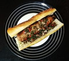 Choripan argentin au chimichurri, sandwich chaud de chorizo (grosse saucisse). On peut en trouver partout, ce qui constitue un encas bon marché.