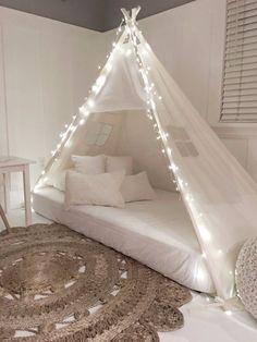 Jugar tienda de cama en tela cruda