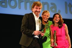 Marisa Tomei riceve il Green Network Prize da Gigi Proietti   Taormina Film Fest 2013