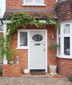 Door, side window, porch idea? Front Door Steps, Front Door Porch, Exterior Front Doors, House Front Door, House With Porch, Front Door Side Windows, Brick Porch, Side Porch, Entrance Doors